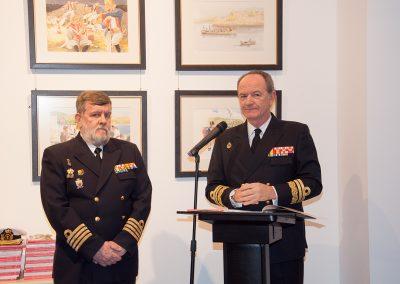 Director del Museo Naval a la izq. y Almirante del Arsenal