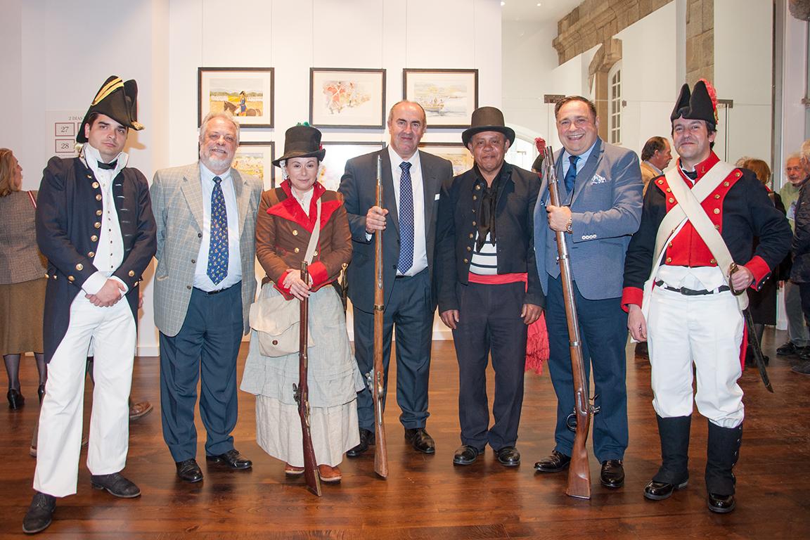 Los rerpresentantes de la Fundación SAT con cuatro figurantes de la exposición
